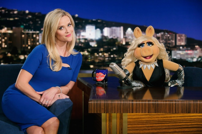 reese-witherspoon-and-missy-piggy-on-the-muppets
