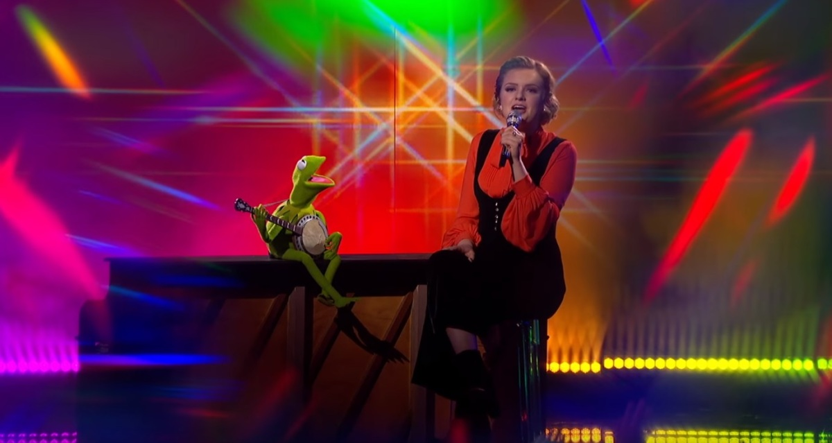 Kermit Sings Rainbow Connection on American Idol